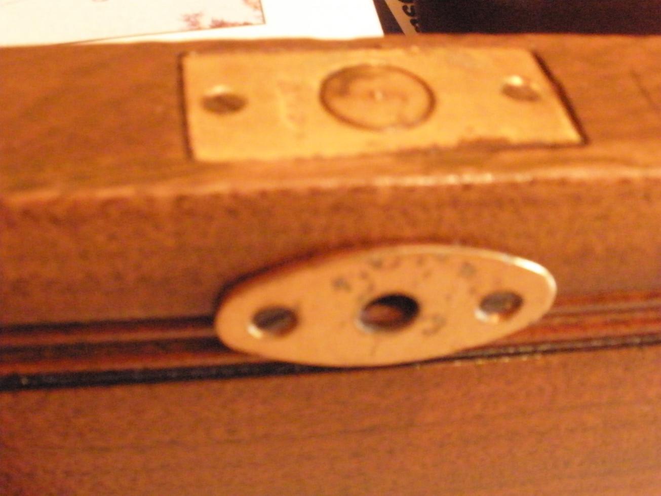dettaglio serratura cassetto centrale